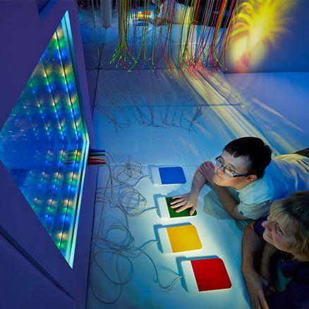 """Interaktivní tunel LED s """"nekonečnými"""" optickými vlákny"""